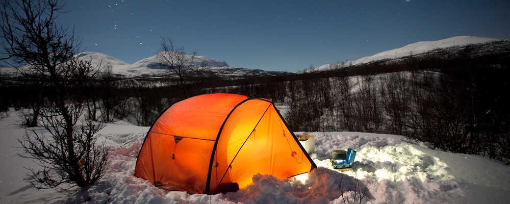 tent in de sneeuw